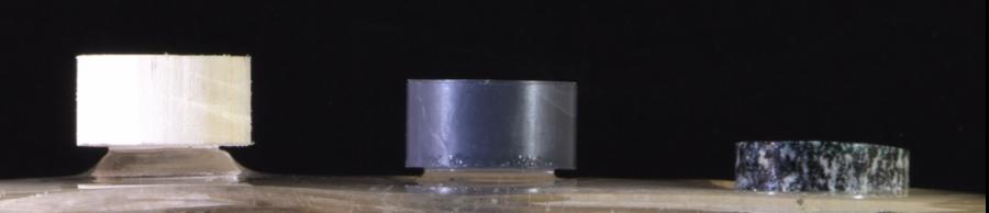 実験の様子。左からポリスチレン、ポリ塩化ビニル、花崗岩の円柱。