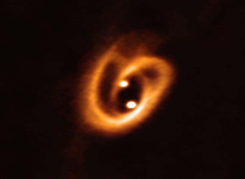 単一のガス雲から形成された連星は、通常まったく同じ化学組成を持つ