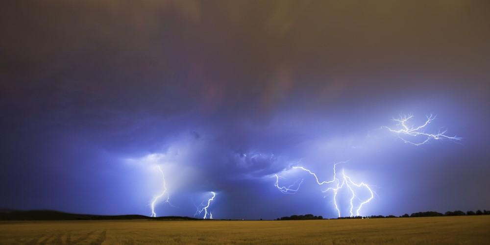 雷頻度の違いは積乱雲の背の高さが関係している