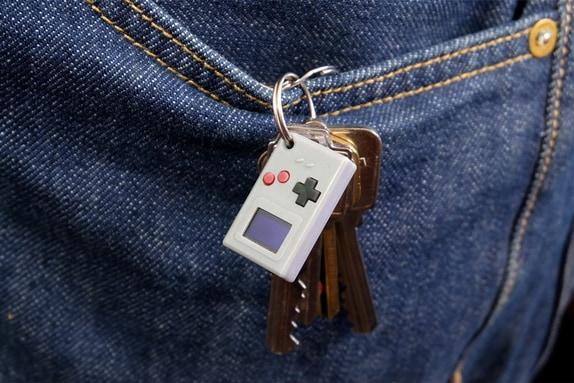 自分でソフト開発も可能な「切手サイズの極小ゲームボーイ」が登場