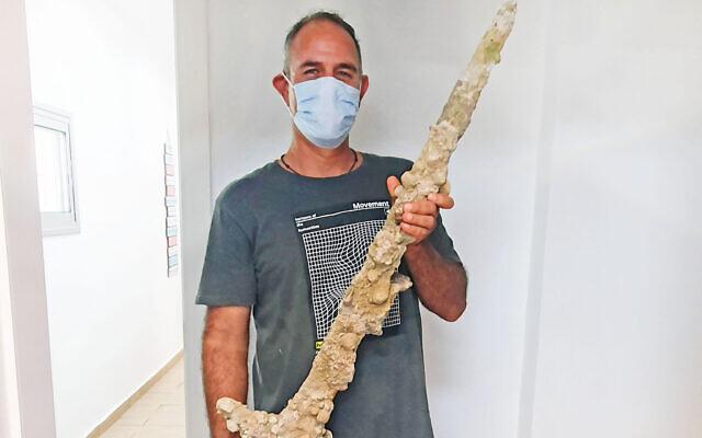 ダイバーが約900年前の「十字軍の剣」をイスラエル沖で発見
