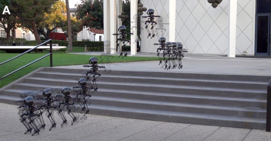飛行機能と歩行機能の併用により、複雑な動きが可能