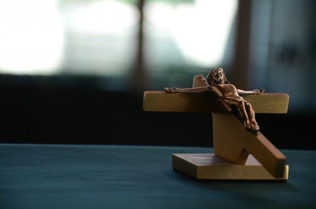 男性が信じるのは「自分」。男性ホルモンが多い男性は宗教への関心を失う