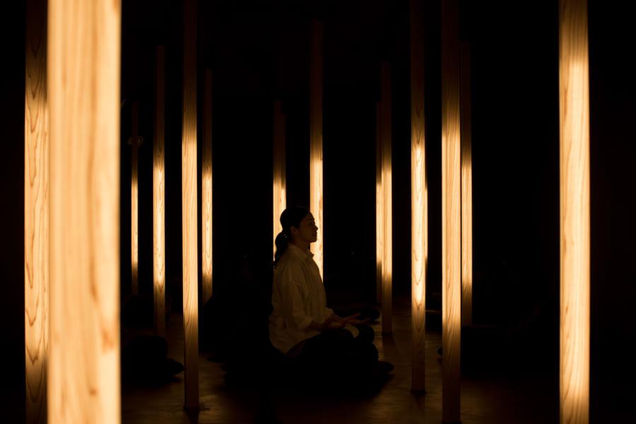 """日本初、本格的な瞑想専用スタジオ""""muon""""(ムオン)がオープン!ほの暗い神秘的な空間に心が癒やされる"""