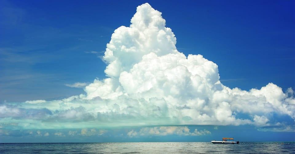 なぜ雲は空に浮くことができるの?