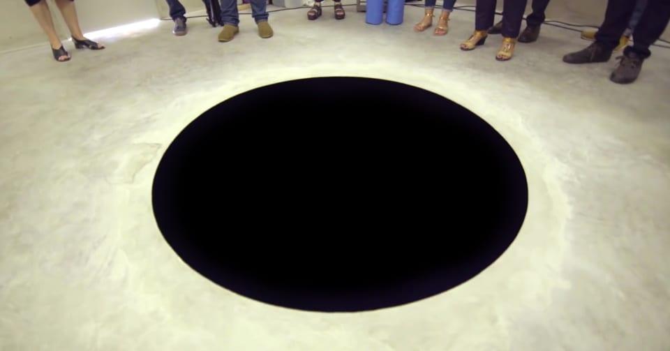 「絵のようなホンモノの穴」に人が落ちてしまう事故が発生
