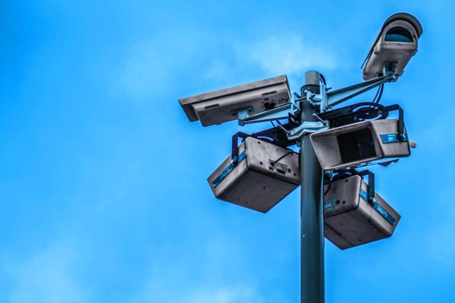 「監視されていること」が脳に与える影響とは 「無言の圧力は警察の抑止力より強い」