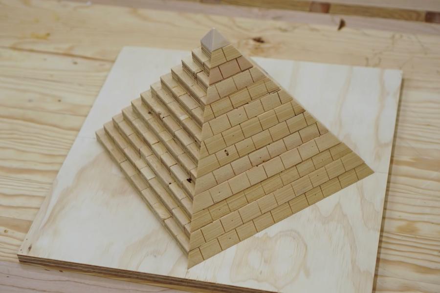 ピラミッドの謎をミニチュアで再現して解明しようとした男性