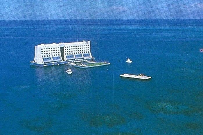 世界初の海上ホテルが1万4000キロを漂流して流れ着いたのは「北朝鮮」だった