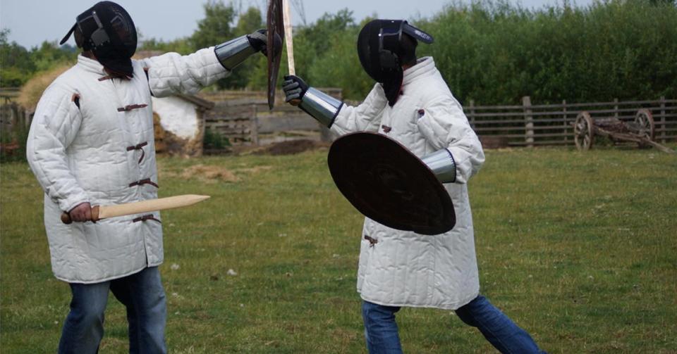 古代の武具の傷痕から青銅器時代の剣術を再現する実験考古学