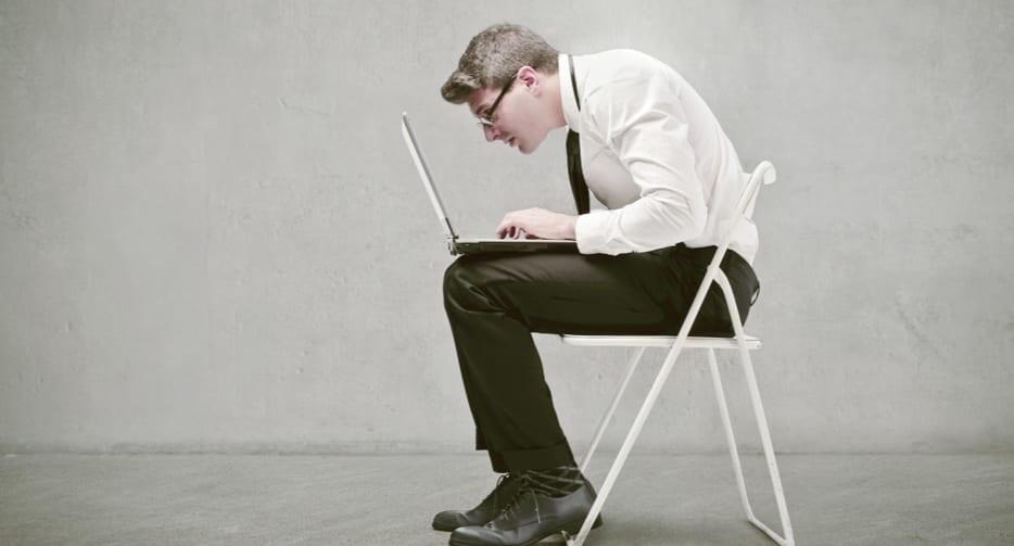 座りっぱなしが危険なら「寝転がって作業」は安全か?テレワークでも健康を維持する方法
