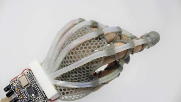触覚を再現した「人工皮膚」がロボットをより人間に近づける