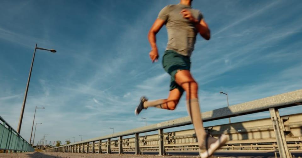 長時間座りっぱなしの死亡リスクを帳消しにする運動量が明らかに