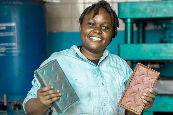 廃プラをリサイクルしてコンクリートより頑丈なレンガを作れる。 29歳エンジニアが世界の廃プラ問題に挑む!