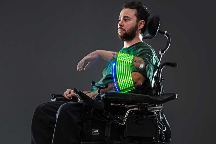 「脳インプラント」が麻痺患者の手を再び動かした