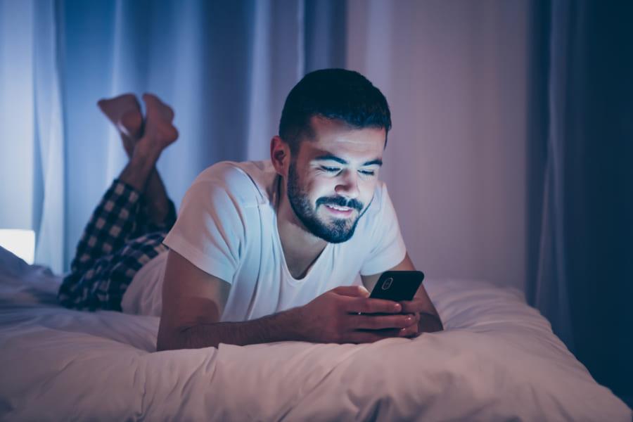 スマホの「ナイトモード」は睡眠の質向上に効果ゼロ、問題はブルーライトより「閲覧した内容」