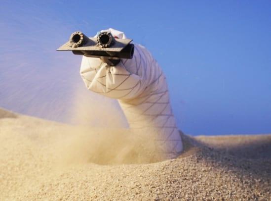 地中に潜って移動できる「ヘビ型ロボット」が登場
