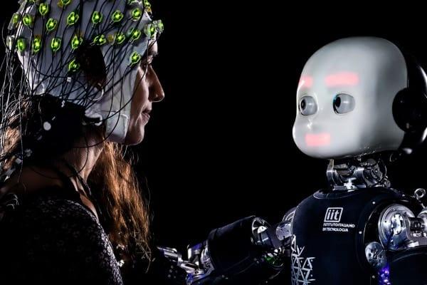 人間は「ロボットでも」見つめられると集中を乱されてしまう