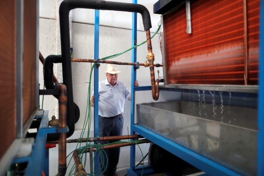 82歳の老人が「空気から水を生成できる機械」で人々を救う