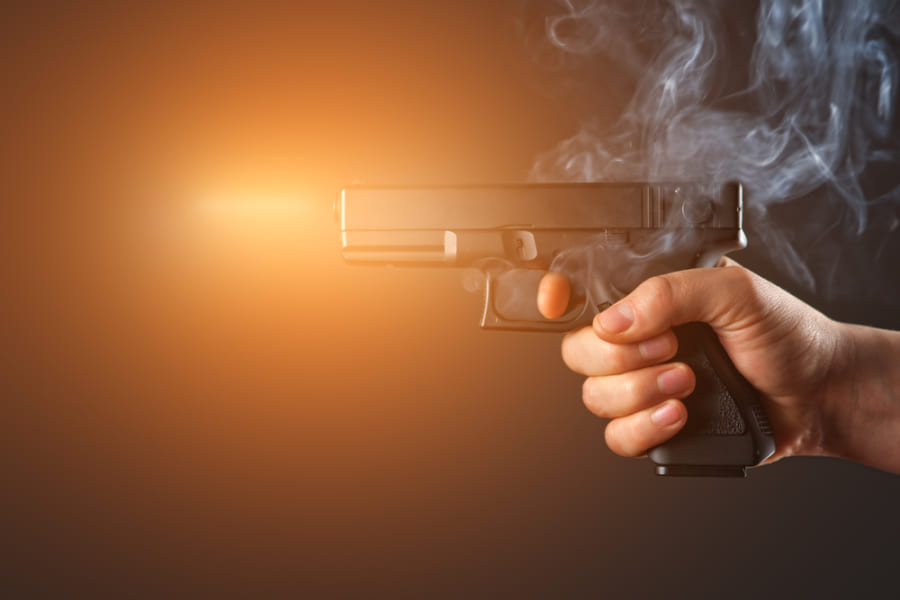 映画撮影現場では、なぜ「小道具の銃」で死亡事故が起きてしまうのか?